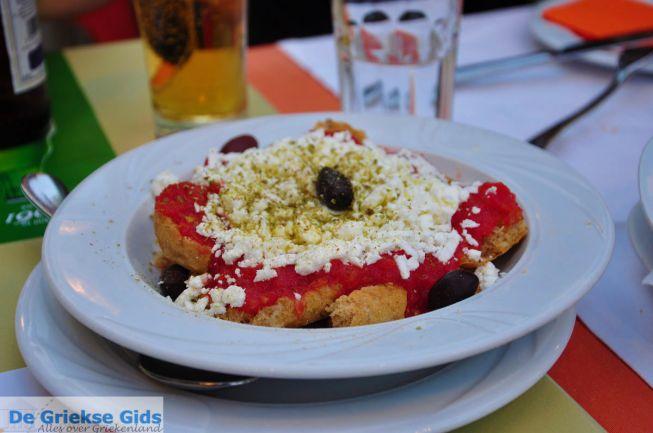 Dakos met tomaat en kaas, populair op Kreta
